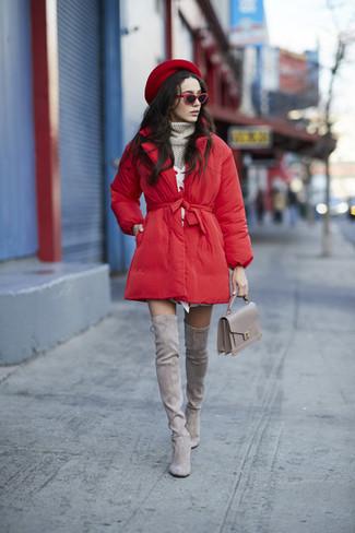 Cómo combinar: botas sobre la rodilla de ante grises, vestido jersey blanco, jersey de cuello alto de punto gris, abrigo de plumón rojo