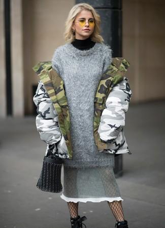 Cómo combinar: botines con cordones de cuero negros, vestido jersey de punto gris, jersey de cuello alto negro, parka de camuflaje gris