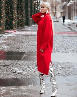 Cómo combinar: vestido jersey rojo, botas sobre la rodilla de cuero plateadas, pendientes plateados