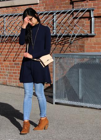 Considera ponerse un vestido jersey azul marino y un colgante dorado y te verás como todo un bombón. Un par de botines con cordones de cuero en tabaco se integra perfectamente con diversos looks.