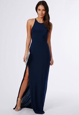 Vestido azul y zapatos plateados