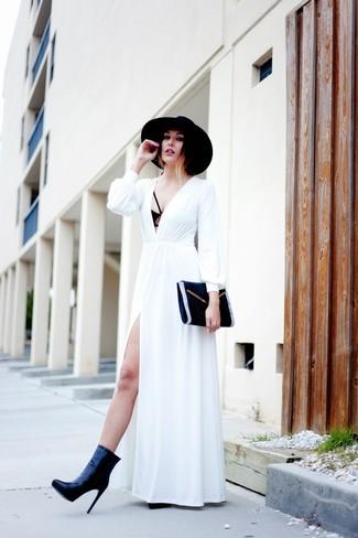 Cómo combinar: vestido largo blanco, botines de cuero negros, cartera sobre de ante negra, sombrero de lana negro