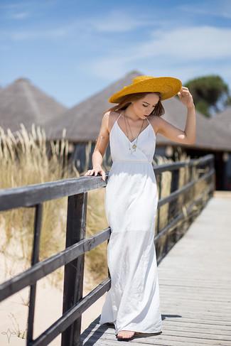 Cómo combinar: vestido largo blanco, sombrero de paja amarillo, pulsera dorada, colgante dorado