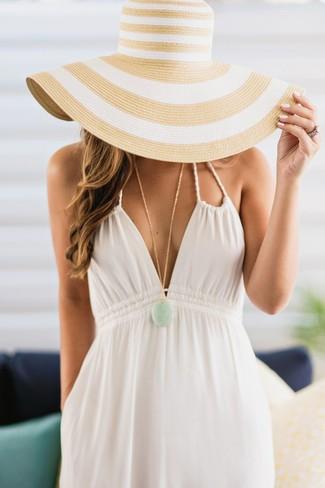 Cómo combinar: vestido largo blanco, sombrero de paja de rayas horizontales marrón claro, colgante en verde menta