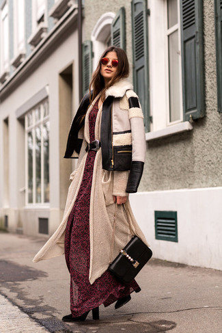 Cómo combinar: botas a media pierna de ante negras, vestido largo de gasa con print de flores rojo, cárdigan largo en beige, chaqueta de piel de oveja en negro y blanco