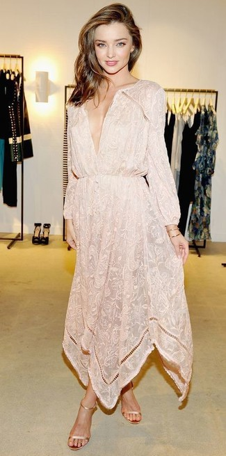 Look de Miranda Kerr: Vestido Largo con print de flores en Beige, Sandalias de Tacón de Cuero Doradas, Pulsera Dorada