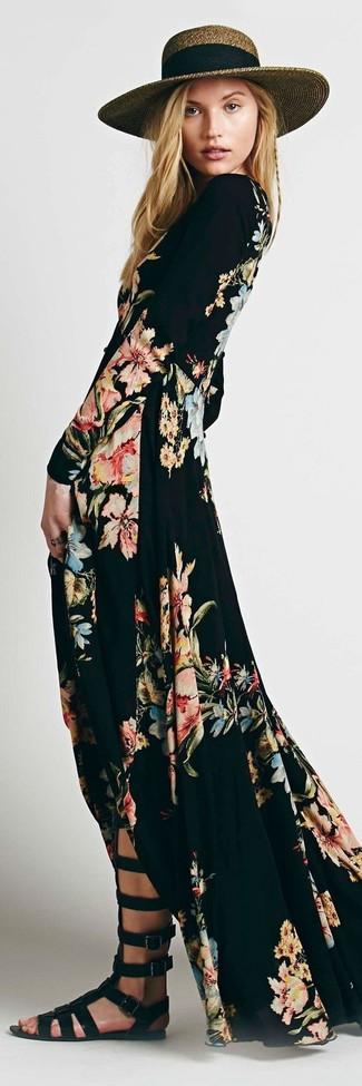 Cómo combinar: vestido largo con print de flores negro, sandalias romanas altas de cuero negras, sombrero de paja marrón