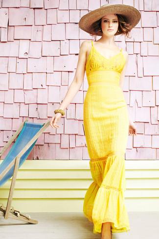 Cómo combinar: vestido largo de encaje amarillo, sombrero de paja marrón claro