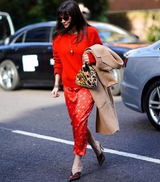 Cómo combinar: chinelas de cuero burdeos, vestido largo de seda estampado rojo, jersey con cuello circular rojo, abrigo marrón claro