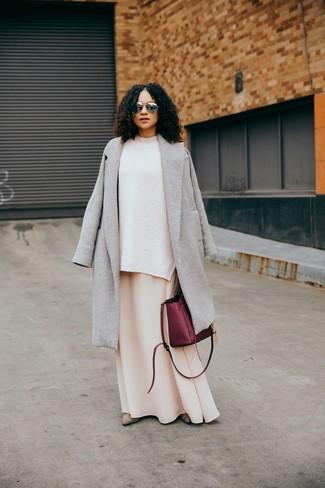 Cómo combinar: botines de ante en beige, vestido largo en beige, jersey oversized de punto blanco, abrigo gris