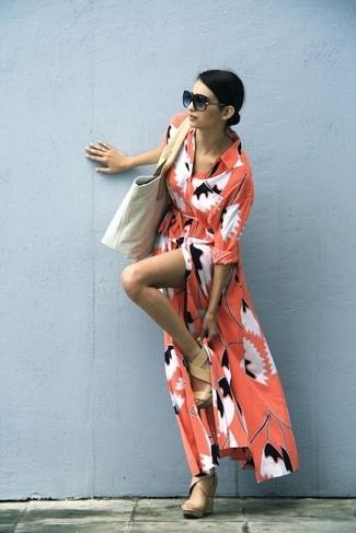 Look de moda: Vestido Largo Estampado Naranja, Sandalias con Cuña de Cuero Marrón Claro, Bolsa Tote de Lona en Beige, Gafas de Sol Negras
