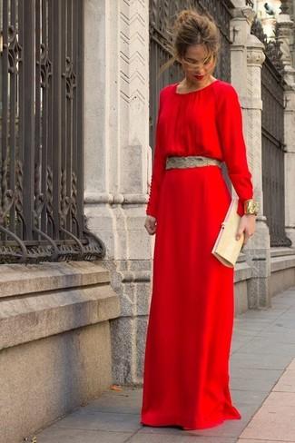 Los días ocupados exigen un atuendo simple aunque elegante, como un vestido largo rojo.
