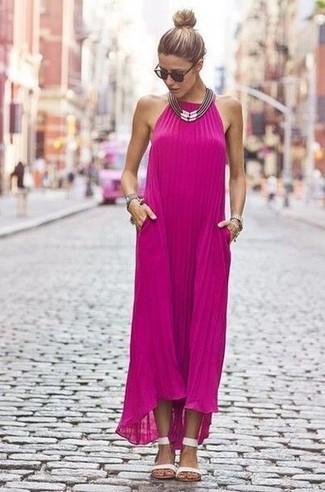 Look de moda: Vestido Largo Rosa, Sandalias Planas de Cuero Blancas, Collar Plateado