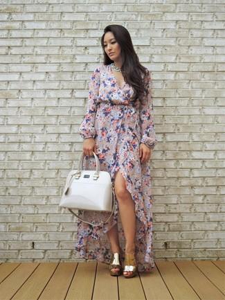 Muestra tu lado lúdico con un vestido largo con print de flores rosado y una bolsa tote de cuero blanca. Luce este conjunto con chinelas de cuero doradas.