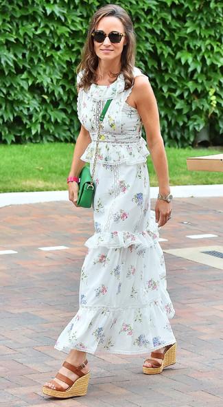 Cómo combinar: vestido largo con print de flores blanco, sandalias con cuña de cuero marrónes, bolso bandolera de cuero verde, gafas de sol de leopardo negras