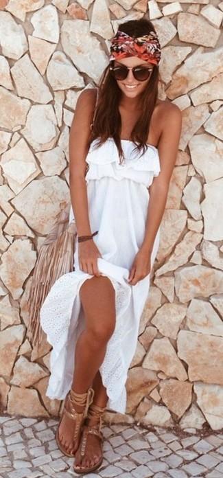 Cómo combinar: vestido largo blanco, sandalias de dedo de cuero en beige, bolso bandolera de cuero сon flecos en beige, gafas de sol marrónes