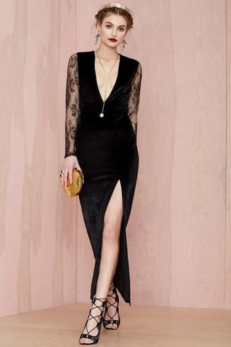 Vestido negro largo con zapatillas doradas