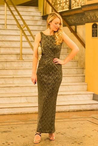 Elige un vestido largo dorado y te verás como todo un bombón. Sandalias de tacón de cuero negras y doradas son una forma sencilla de mejorar tu look.