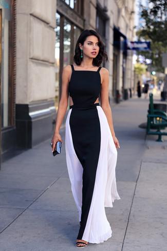 Cómo combinar: vestido largo en negro y blanco, sandalias de tacón de ante negras, cartera sobre negra, pendientes verdes