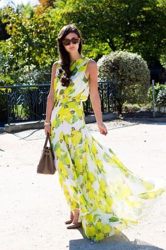 Look de moda: Vestido Largo Estampado Amarillo, Zapatos de Tacón de Cuero Marrónes, Bolsa Tote de Cuero Marrón, Gafas de Sol de Leopardo Marrónes