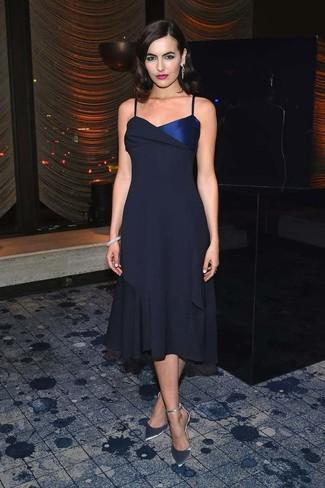 Cómo combinar: vestido midi de gasa azul marino, zapatos de tacón de cuero plateados, pulsera gris, pendientes plateados