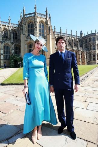 Cómo combinar: vestido midi de satén en turquesa, bailarinas de ante marrón claro, cartera sobre de cuero azul marino, sombrero celeste