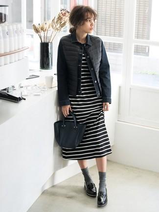 Cómo combinar: mocasín de cuero negros, vestido midi de rayas horizontales en negro y blanco, chaqueta vaquera negra, chaqueta sin mangas negra