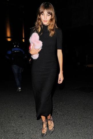 Cómo combinar: vestido midi de punto negro, zapatos de tacón de encaje negros, cartera sobre de pelo rosada