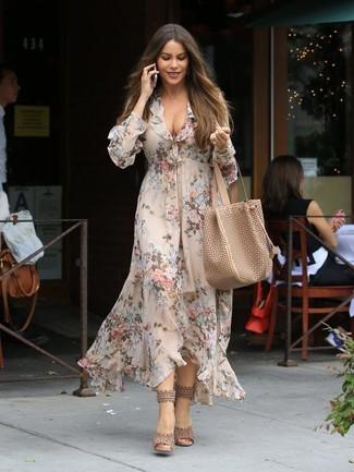 Para seguir las tendencias usa un vestido midi con print de flores en beige y un reloj dorado de mujeres de Nixon. Sandalias de tacón de cuero beige levantan al instante cualquier look simple.