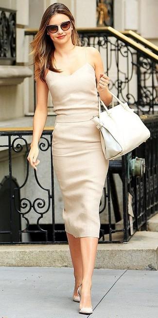 Para seguir las tendencias usa un vestido midi beige. Agrega zapatos de tacón de ante beige a tu apariencia para un mejor estilo al instante.