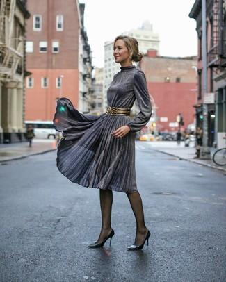Cómo combinar: vestido midi plisado en gris oscuro, zapatos de tacón de cuero negros, cinturón de cuero en negro y dorado, medias negras