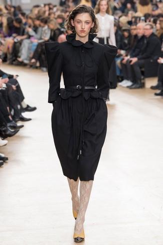 Cómo combinar: vestido midi de lana negro, zapatos de tacón de cuero mostaza, cinturón de cuero negro, medias de encaje blancas