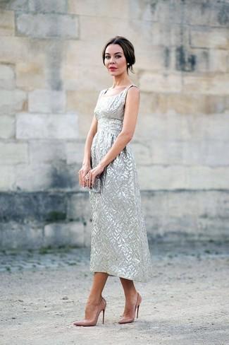 Para seguir las tendencias usa un vestido midi plateado. Opta por un par de zapatos de tacón de cuero marrón claro para mostrar tu lado fashionista.