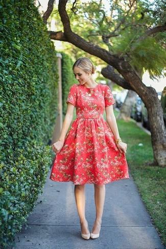Usa un vestido midi de flores rojo y un colgante dorado para conseguir una apariencia relajada pero chic. Zapatos de tacón de cuero beige añaden la elegancia necesaria ya que, de otra forma, es un look simple.