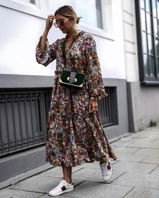 Un vestido midi con print de flores en multicolor y un reloj dorado de mujeres de Larsson & Jennings son prendas que debes tener en tu armario. ¿Quieres elegir un zapato informal? Elige un par de tenis de cuero blancos para el día.