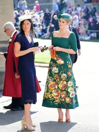 Cómo combinar: vestido midi bordado verde oscuro, zapatos de tacón de ante naranjas, cartera sobre de cuero naranja, sombrero con adornos verde