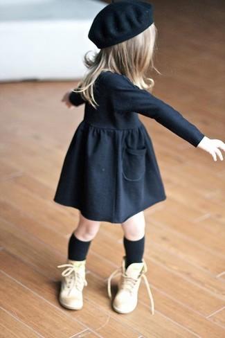Cómo combinar: vestido negro, botas marrón claro, boina negra, calcetines negros