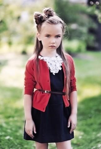 Cómo combinar: vestido negro, cárdigan rojo