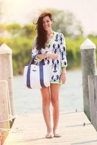 Cómo combinar: vestido playero estampado en blanco y azul marino, sandalias de dedo de cuero en beige, bolsa tote de lona en blanco y azul marino, pulsera dorada
