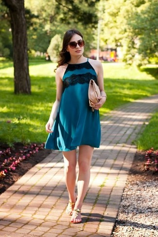 Cómo combinar: vestido recto azul, sandalias de dedo de cuero marrónes, bolso bandolera de cuero rosado, gafas de sol marrónes