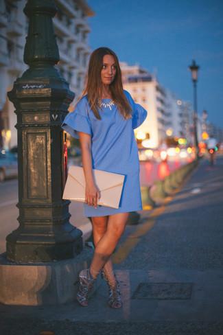 Cómo combinar: vestido recto azul, sandalias de tacón de ante en beige, cartera sobre de cuero en beige, collar dorado