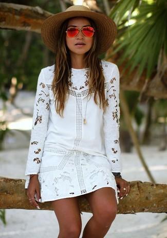 Perfecciona el look casual elegante en un vestido recto de encaje blanco.