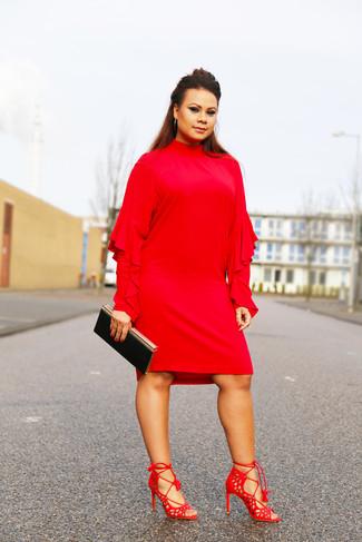 Cómo combinar: vestido recto con volante rojo, sandalias de tacón de ante rojas, cartera sobre negra