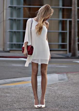 Cómo combinar: vestido recto de gasa blanco, zapatos de tacón de cuero blancos, bolso bandolera de cuero acolchado rojo