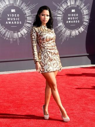 Cómo combinar: vestido recto de leopardo plateado, zapatos de tacón de cuero blancos