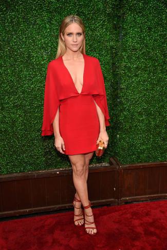 Vestido recto de seda rojo sandalias de tacon de ante rojas cartera sobre dorada large 22685