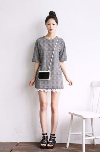 Cómo combinar: vestido recto de tartán gris, sandalias romanas de cuero negras, cartera sobre negra