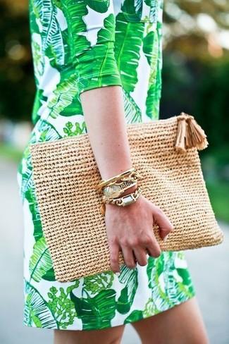 Ponte un vestido recto verde para un lindo look para el trabajo.