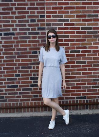 Cómo combinar: vestido recto gris, tenis blancos, gafas de sol negras