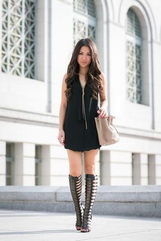 Elige una apariencia sofisticada en un vestido recto negro. ¿Te sientes valiente? Completa tu atuendo con sandalias romanas altas de cuero negras.